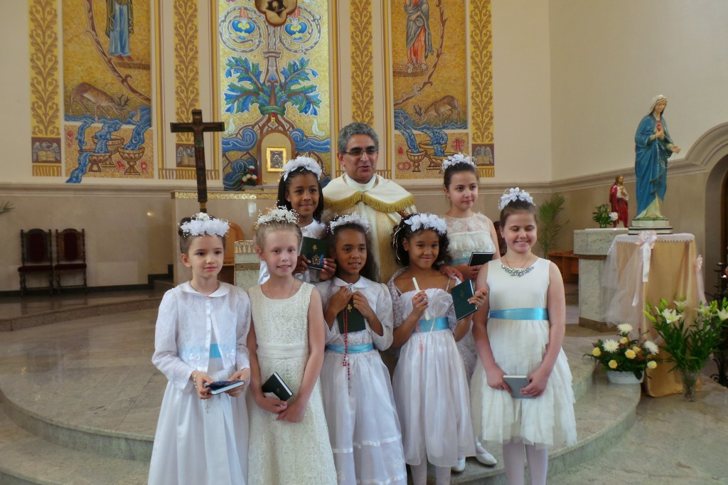отец Диогенес и первопричастники - Дарья, Анна, Стелла, Эмили, Элизабет, Кристина и Диана