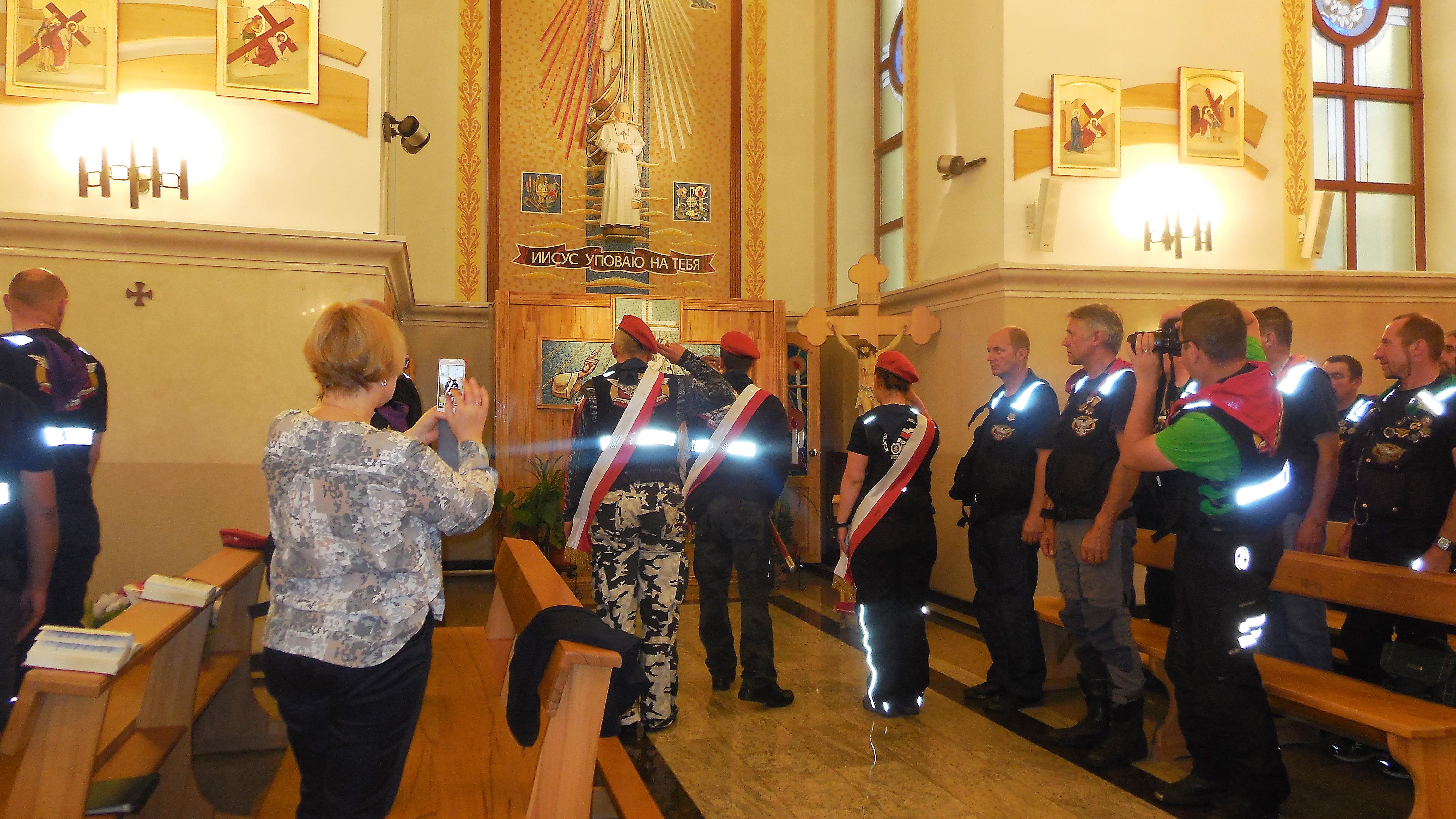 Участники рейда возлагают венок к статуе Папы